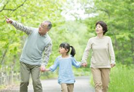 高齢者と外出する子供