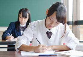 勉強をする女生徒